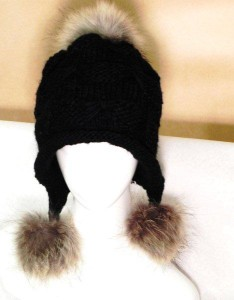 tuque with 3 coyote pom poms